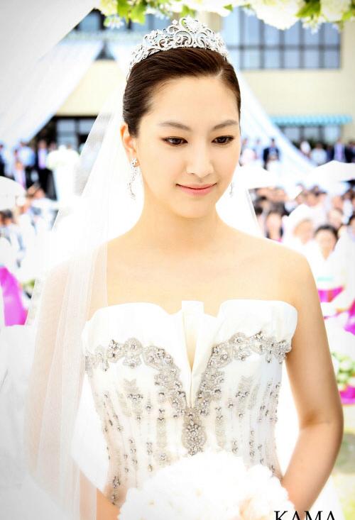 Cũng chọn phụ kiện vương miện nhưng diễn viên Shin Ae