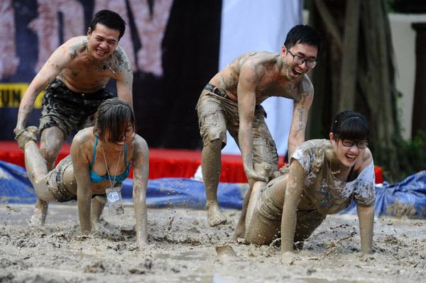 Tuy nhiên, có rất ít trẻ em tham gia, thay vào đó là hơn 20 nam nữ thanh niên.