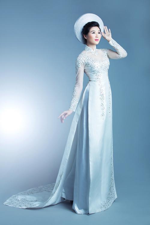 Phần tay và cổ áo được táp bằng vải voan mỏng, tạo nét mềm mại cho chiếc áo lụa cứng.