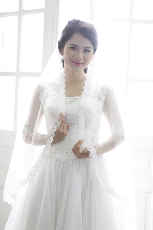 Cô dâu nên kết hợp cùng khăn voan dài viền ren điệu đà.