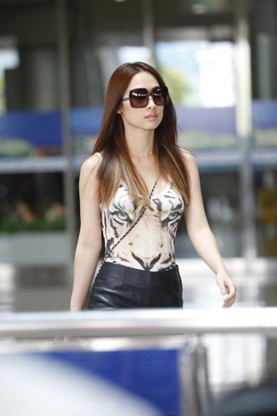 Chiều 4/6, cựu người mẫu Quỳnh Thy xuất hiện tại cổng đến ga quốc tế của sân bay Tân Sơn Nhất, TP HCM.