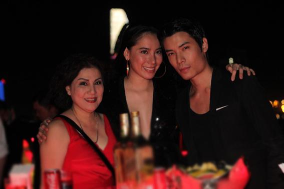 Tuy nhiên, nữ người mẫu chia sẻ, cả hai bận rộn với việc riêng nên ít đi cùng nhau. Trong tiệc sinh nhật, cả hai luôn quấn quýt.