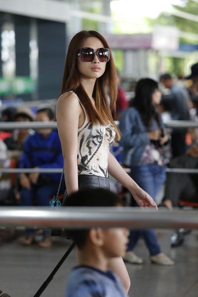 Quỳnh Thy mặc giản dị nhưng trông vẫn rất cá tính.