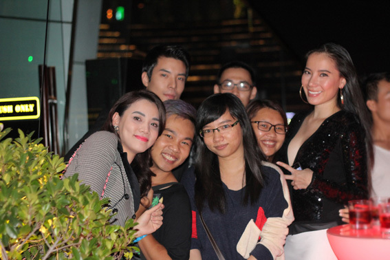 Chân dài Trang Nhung nhí nhảnh bên bạn bè.