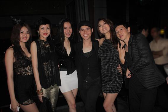 Chung Thục Quyên giữa dàn khách mời đều mặc trang phục đen.