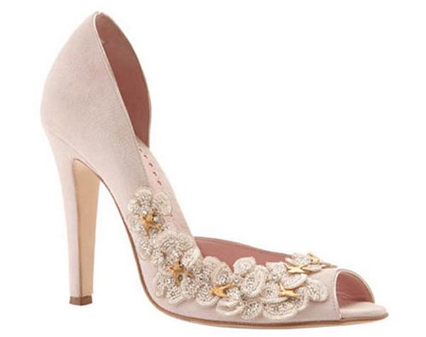 Dáng của những đôi giày đính hoa cũng đa dạng như giày dép bình thường nhưng theo các chuyên gia