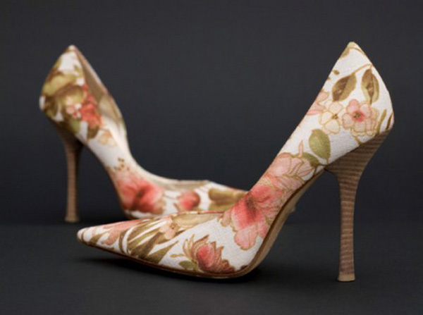 Những đôi giày mũi nhọn cổ điển dành cho cô dâu có đô chân thon, nhỏ.