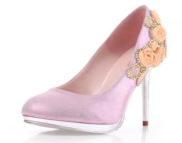 Màu sắc của những bông hoa trang trí nên tương đồng với màu của giày.