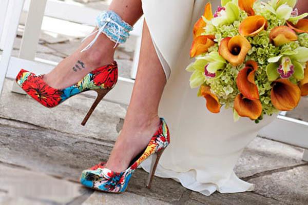 """Kết hợp màu giày """"ăn rơ"""" với hoa cầm tay cũng là một gợi ý hay cho cô dâu cá tính."""