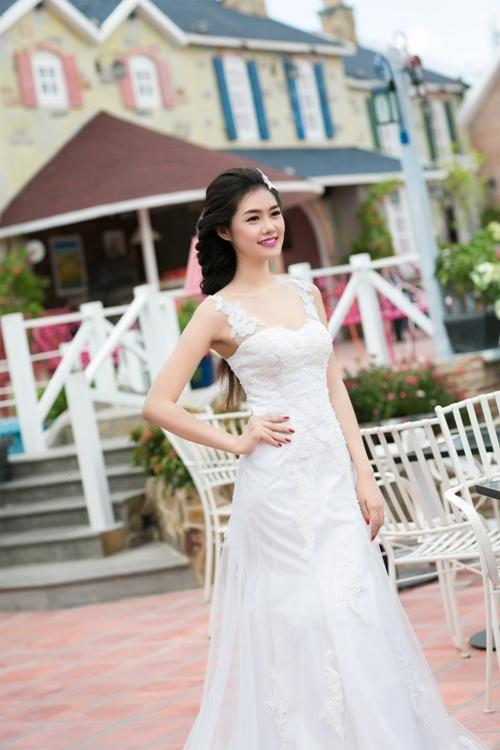 Phần thân trên của váy được may ôm sát để làm nổi bật ba vòng gợi cảm.