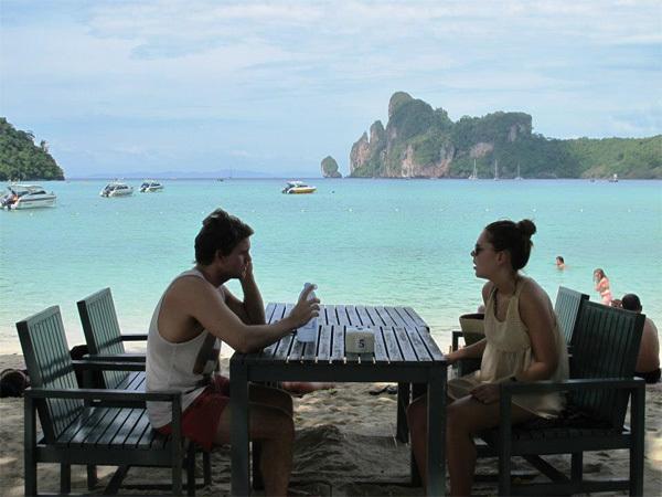 Ngồi trên những quán dọc bãi biển vào buổi chiều, thưởng thức hải sản tươi và nhâm nhi bia mát lạnh.