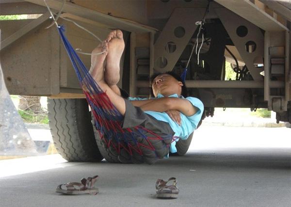 Mắc võng dưới xe tải để ngủ.