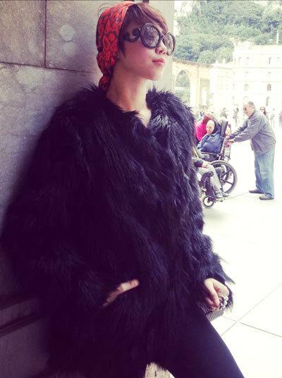 Áo choàng lông thời thượng đôi khi cũng được nữ ca sĩ .