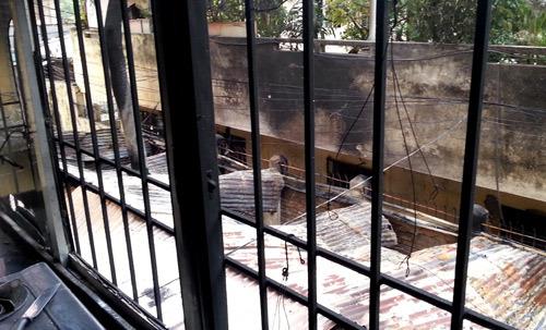 Ngọn lửa bốc cao cũng đã bén vào tường vào khu tập thể Bộ Giáo dục gây hư hại nhiều đồ đạc. Phòng 204 bị vỡ cửa kính ban công, tường nhà và nhiều đồ vật trong gia đình bị ám khói đen.