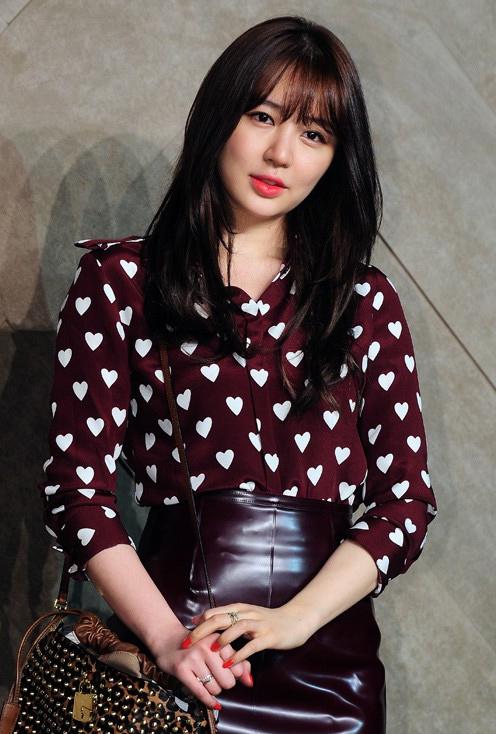 Yoon Eun Hye góp mặt trong một sự kiện thời trang diễn ra tối qua 5/6, cô mặc bộ đồ