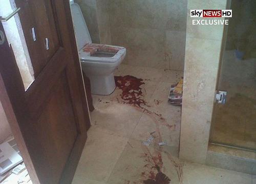 Hôm cuối tuần, tấm ảnh chụp nhà vệ sinh với sàn dính bê bết máu, hiện trường của bi kịch đau lòng này, cũng được hé hộ