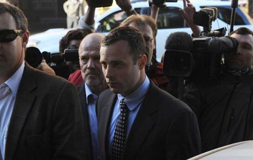 VĐV điền kinh 26 tuổi với gương mặt khá căng thẳng và lo lắng khi tới tòa.