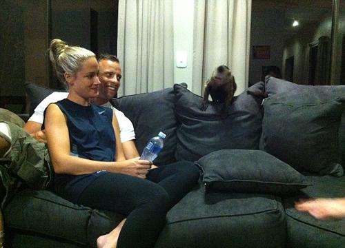 Tháng trước, một tờ báo cũng đăng tấm ảnh 'Người không chân' và Reeva tình tứ ngồi sát cạnh nhau, đang chăm chú nghe ai đó nói chuyện.