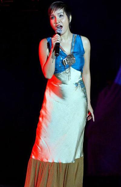 Những bộ trang phục rườm rà cùng chất liệu satin khiến diva trông không đẹp mắt khi lên sân khấu.