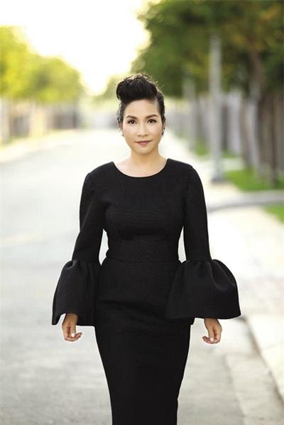 Khi trở thành HLV của The Voice, Mỹ Linh bất ngờ trở nên sang trọng, quý phái hơn với mẫu váy gam màu đen kín đáo, mái tóc ngắn quen thuộc chải hất cá tính cùng cách trang điểm nhẹ nhàng mà quyến rũ. Có thể nói, chiếc váy mà Mỹ Linh chọn để xuất hiện tại The Voice mùa 2 đã đóng góp nhiều nhất trong công cuộc nâng tầm phong cách thời trang của diva này.