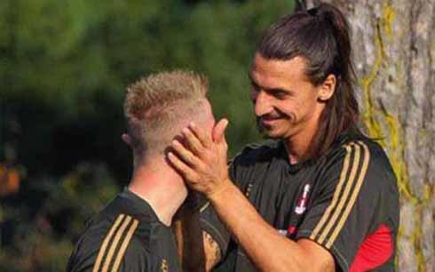 Ibrahimovic từng bị nghi là gay với những hành động tình cảm với đồng đội. Ảnh: PA.