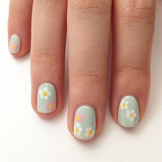 Móng tay màu pastel với họa tiết hoa dễ thực hiện, chỉ cần phủ sơn móng màu xanh bạc hà, sau đó tạo cánh và nhụy hoa bằng các chấm bi dễ thương.