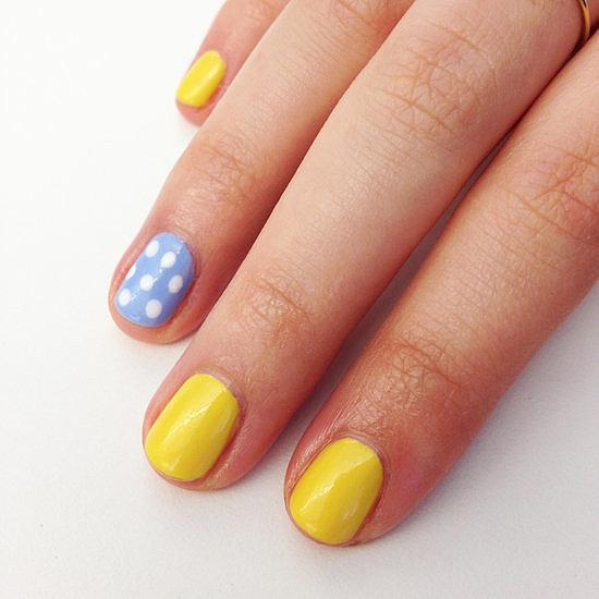 Mẫu móng kết hợp giữa hai màu xanh và vàng làm nổi bật màu nắng trong ngày hè. Sơn móng màu vàng ở khắp các ngón, ngoại trừ ngón áp út. Với ngón còn lại này, bạn có thể sơn màu xanh trơn hoặc xanh chấm bi như hình.