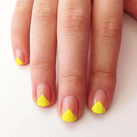 """Móng tay hình chữ V độc đáo, với sự """"tham gia"""" của sắc neon bắt mắt. Bạn phủ móng bằng sơn bóng, sau đó kẻ thành đường chữ V ở đầu móng và bắt đầu quét bằng sơn neon vàng, xanh hoặc cam."""