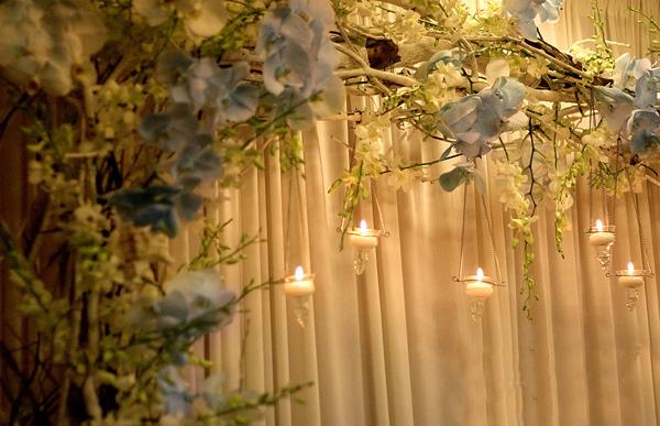 Những bông hoa lan được chuyên gia về hoa cưới nhuộm màu tinh tế, khéo léo.