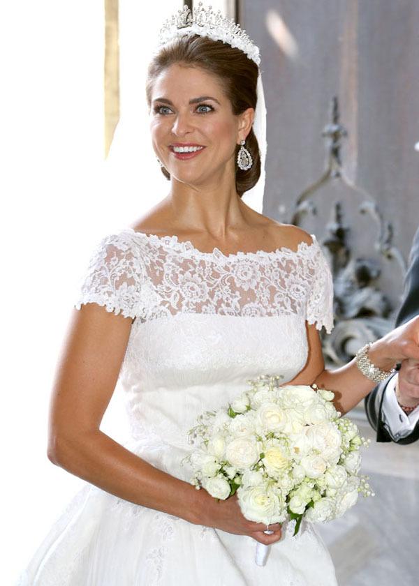 Chiếc váy cưới ôm sát vòng 2, tạo cảm giác vòng 1 và vòng 3 nở nang hơn.