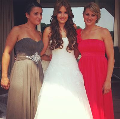 Cô dâu xinh đẹp chụp ảnh kỷ niệm với các bạn gái.