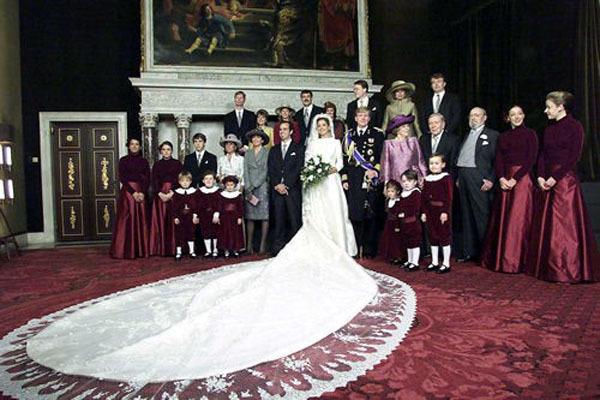 Váy cưới bằng vải satin pha ren của công chúa Maxima
