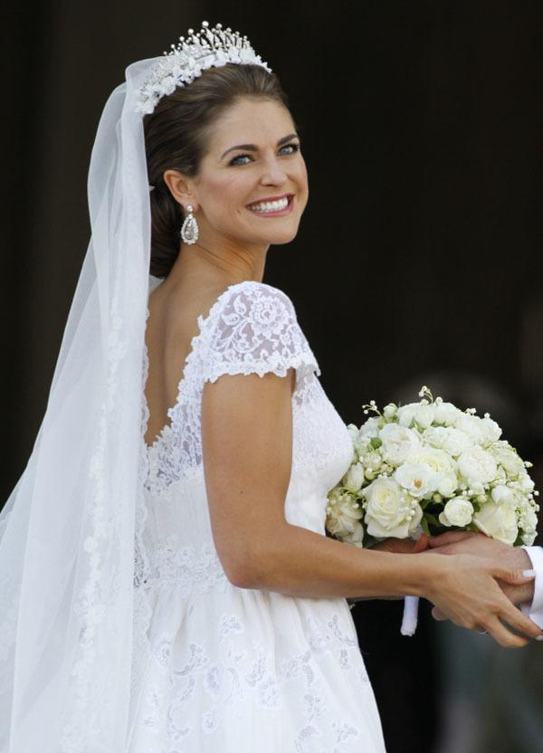 Lưng áo xẻ sâu cho cô dâu thêm phần quyến rũ.
