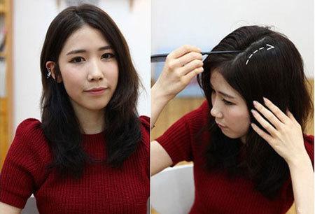 Bước 1: Rẽ ngôi tóc tạo thành tỉ lệ 2/3. Để tóc thẳng tự nhiên, chải lược để gỡ các lọn tóc rối.