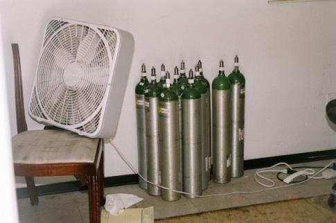 Rất nhiều bình oxy trong phòng ngủ.
