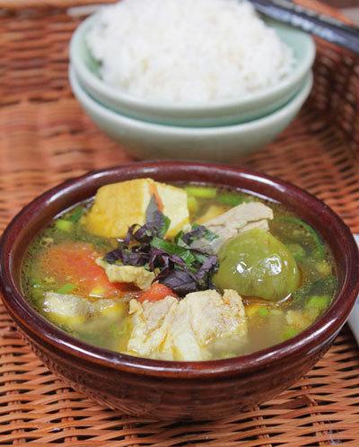 Với hương vị đặc trưng của cà bát mềm nấu cùng đậu và thơm phức mùi tía tô, món canh này được rất nhiều người ưa thích.
