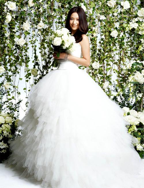 Từ Tịnh Lôi dịu dàng khoác áo cưới.