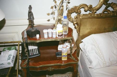 Rất nhiều lọ thuốc đặt trên bạn cạnh giường ngủ của Jackson.