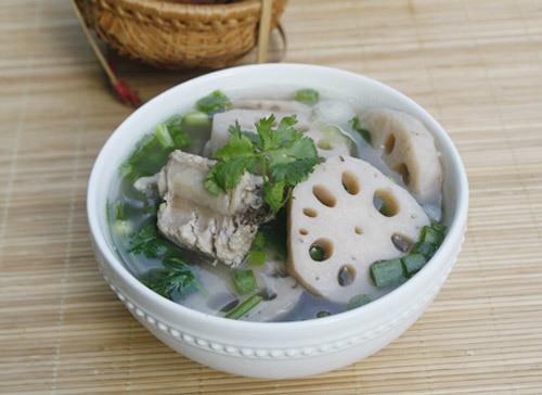 Vị ngọt tự nhiên của sườn non và củ sen giòn mát là món canh được yêu thích trong mùa hè nóng nực.