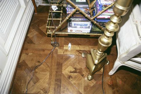 Một lọ thuốc nằm lăn lóc trên sàn.