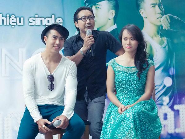 Vang Quốc Hải cũng nhận được nhiều lời góp ý từ nhạc sĩ Thái Hùng. Bên cạnh anh là diễn viên Kim Dung, người từng đóng một vai trong phim 'Mỹ nhân kế'.