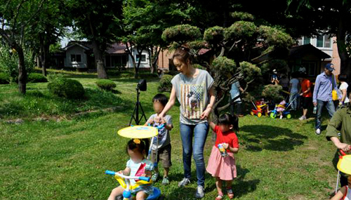 Nữ diễn viên nổi tiếng giản dị khi chơi đùa cùng các em nhỏ.