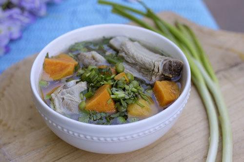 Khoai lang được nấu sườn non có vị ngọt mát, là một món canh ngày hè đầy hấp dẫn.