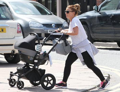 Sinh con chưa đầy tháng nhưng Coleen trông khá khỏe mạnh, linh hoạt khi đẩy xe nôi bé Klay xuống phố.