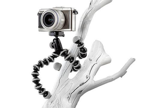 Giá đỡ máy ảnh, một phụ kiện cần thiết giúp bạn thực hiện được những bức ảnh đặt giờ tự chụp, quay phim, giúp bạn vững tay máy hơn và nhiều chức năng hữu ích khác nữa.