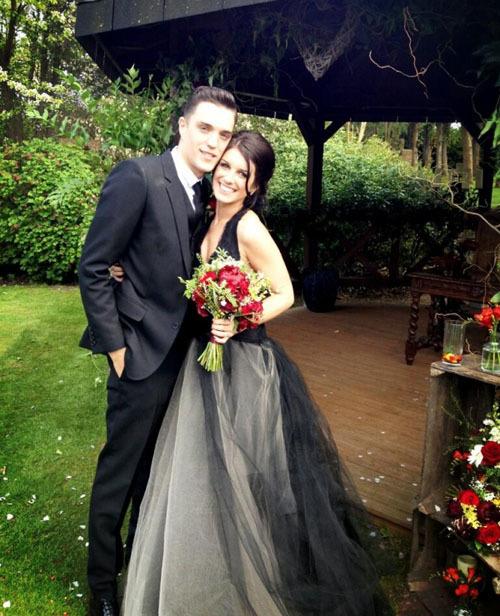 Shenae Grimes với chiếc váy cưới màu đen của Vera Wang.