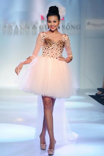 Tối 13/6, Thanh Hằng tham gia biểu diễn trong chương trình 'Thời trang và Cuộc sống' với chủ đề 'Sắc màu tình yêu' tại TP HCM.