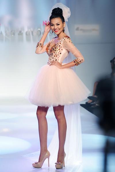 Cô trẻ trung trong một thiết kế mới của Huỳnh Lợi.
