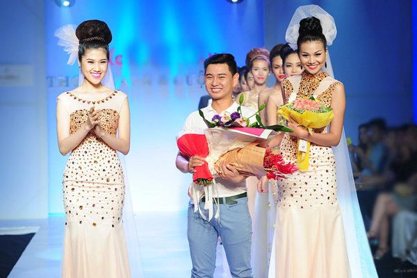 Thu Hằng và Thanh Hằng chia vui với nhà thiết kế - chuyên gia trang điểm Huỳnh Lợi.