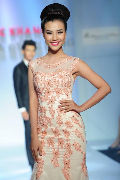 Tham gia trình diễn bộ sưu tập này còn có Á hậu Phụ nữ 2012 Hoàng Oanh.